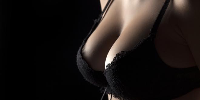 Túžite po veľkých a pevných prsiach? Plastická operácia nemusí byť jediným riešením!
